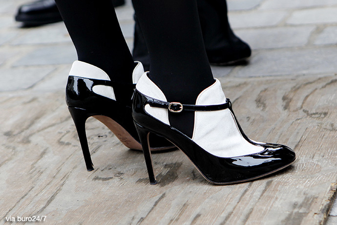 Black Blue is Year Fashion amp; in this In Shoes Fashion White Hwx5O51fq